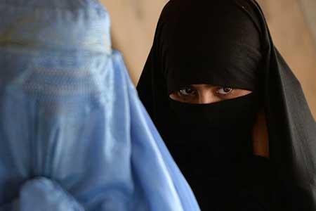 نیروهای انگلیسی برای فرار از طالبان به برقع پناه بردند!