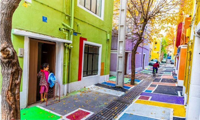 گشتی در رنگی ترین کوچه تهران؛ پاییز گردی در محله دستغیب