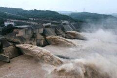 لحظه فروریختن سد و جاری شدن سیل در ژنگژو چین (فیلم)
