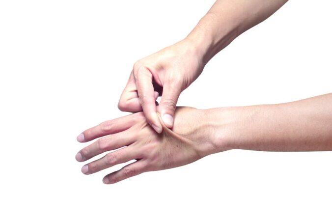 با یک تست ساده بفهمید بدنتان کم آب شده یا خیر [تماشا کنید]