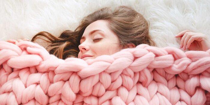 چرا حتی در زمستان هم نباید با لباس گرم بخوابیم؟