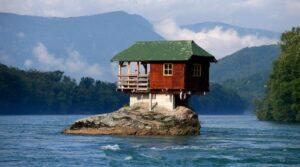 نگاهی به عجیب ترین خانه های دنیا؛ از قله کوه تا وسط جاده