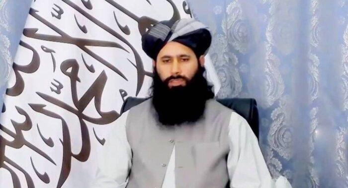 سخنگوی طالبان: «مردم ایران هم به هواپیمای آمریکایی آویزان میشدند» + ویدیو