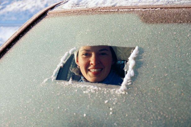 چگونه شیشه یخ زده ماشین خود را پاک کنیم؟