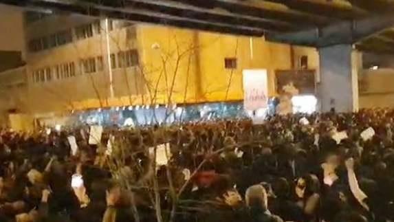 تجمع دانشجویی که به شعارهای تند و پاره کردن عکس حاج قاسم کشید +تصاویر