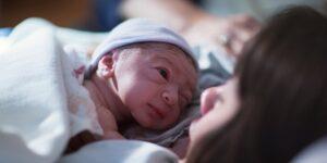 دانشمندان: خوراندن مدفوع مادر به نوزادان سزارینی سیستم ایمنیشان را قوی میکند